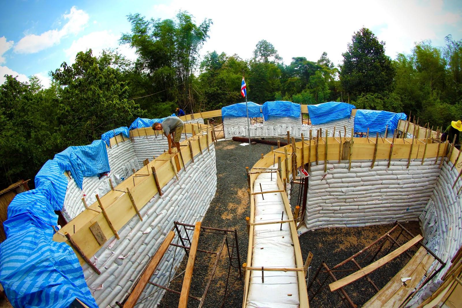 L 39 pop e d 39 asie construire une maison en terre dans un petit village tha landais - Construire une maison en terre ...