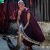 अजगर और कोबरा जैसे जहरीले सांपों से इस शख्स को है काफी लगाव, गोद में लेकर करता है सफाई