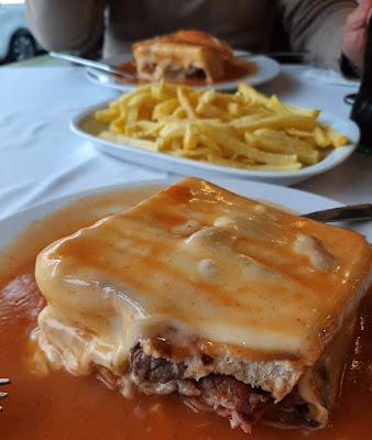 sanduiche francesinha e batatas fritas