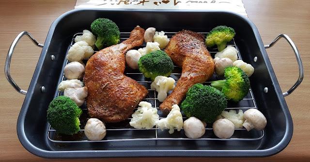 Zapiekane udka kurczaka z warzywami.