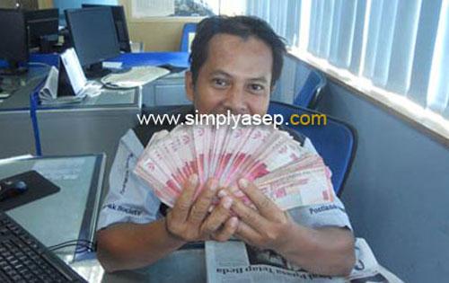 UANG : Ini saya saat menggembar uang gepokan pecahan 100 ribu. Uang ini milik sahabat saya yang saya pinjam untuk selfie.  Andai saya punya uang sebanyak ini atau lebih wah senang sekali.  Foto Kekes