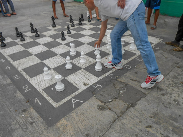 Γιάννενα: Μεγάλο υπαίθριο σκάκι από μάρμαρο και μαύρο γρανίτη στην πλατεία χωριού!