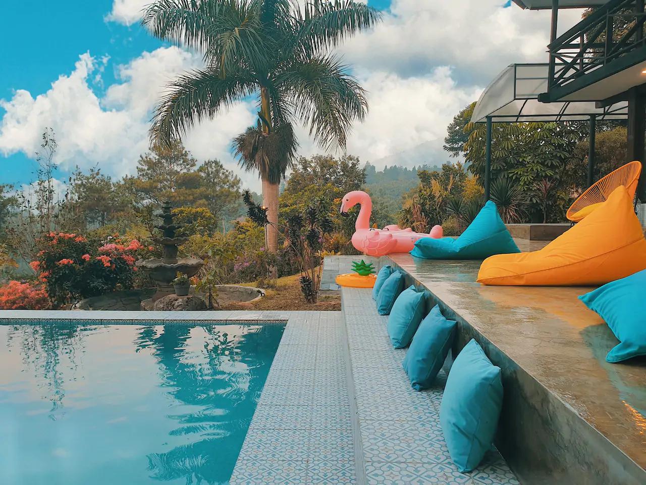 villa keluarga di puncak ada kolam renang