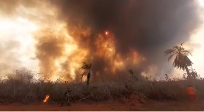Acción extrema de fuego contra fuego del grupo FUNSAR para quemar la vegetación combustible antes que las llamas crucen la vía / RRSS