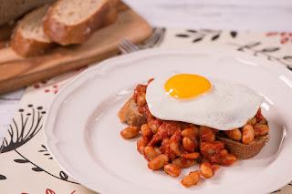 Feijão e ovos no café da manhã