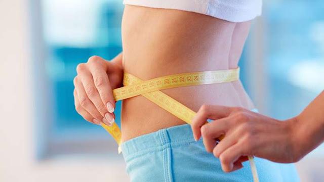¿Ayunar ayuda a bajar de peso?