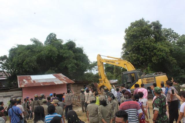 Pembongkaran Rumah di Jalan Nias Gunakan Alat Berat Escavator