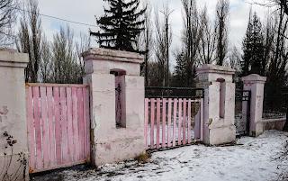 Часов Яр. Закрытые ворота снесённого профилактории «Восток»