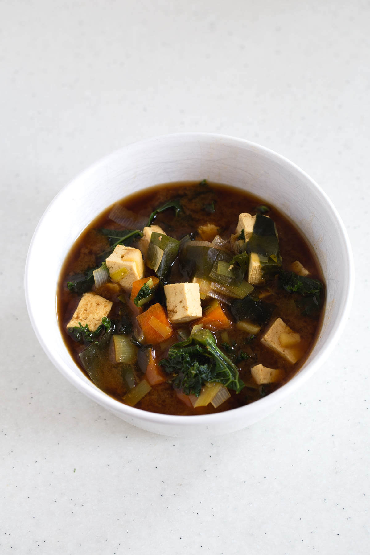 Vegan Miso Soup With Tofu and Kale: Miso soup is one of our favourites and the one we prepare the most at home. It is ready in 15 minutes and is very nutritious.
