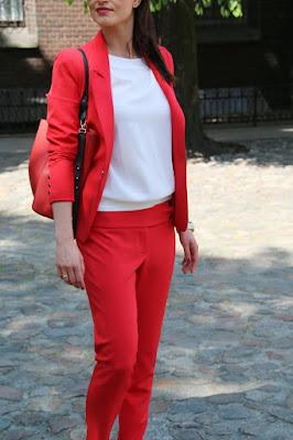 porady stylistki, stylistka poznan, czerwony garnitur, garnitur i sportowe obuwie, jak nosic?, casual friday, styl biurowy, jak sie ubierac do pracy, do pracy w trampkach,