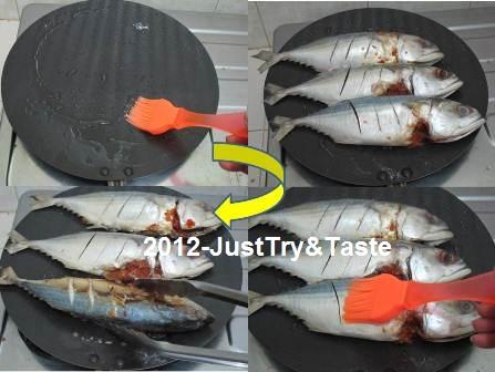 Olesi Permukaan Pemaggang Dengan Minyak Goreng Tata Ikan Di Atas Alat Pemanggang Dan Panggang Menggunakan Api Kecil Hingga Satu Sisi Matang