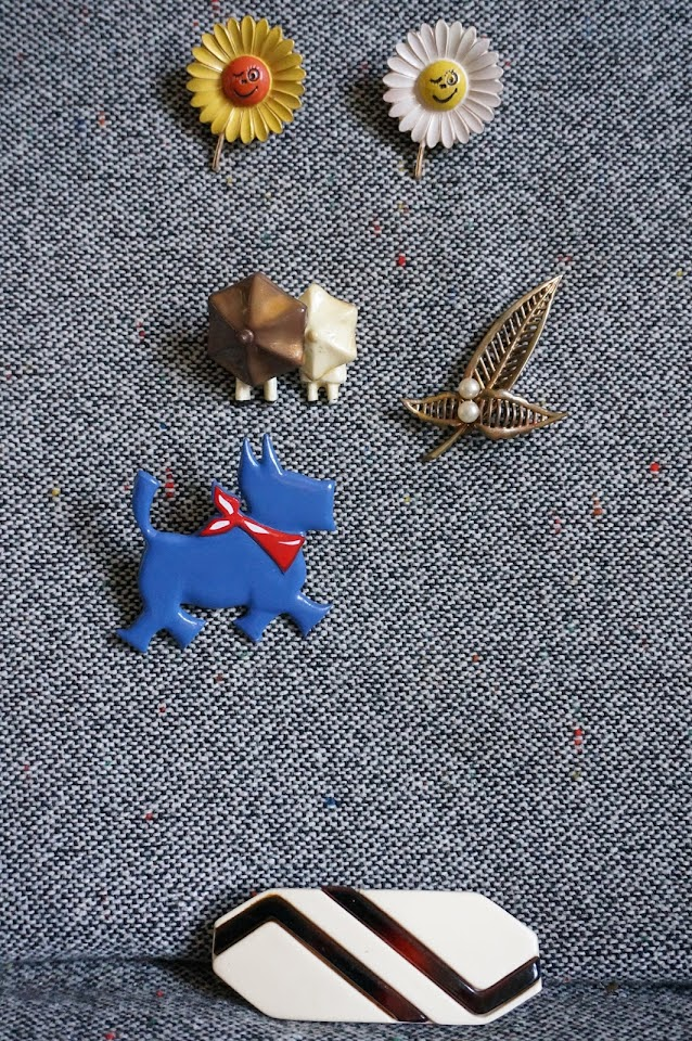les broches paquerettes , parapluie , fleur, et terrier écossais  brooches : daisy , flower , umbrella , scottish dog annees 60 70 60s 70s 1960s 1970s