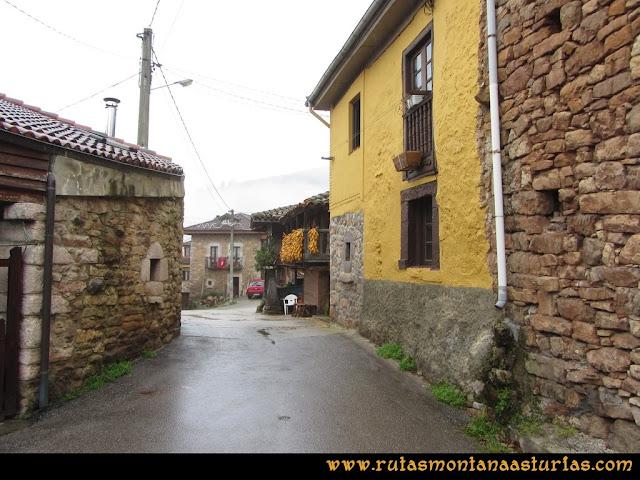 Ruta de las Xanas y Senda de Valdolayés: Entrando en Pedroveya
