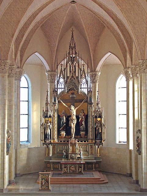 Altar da catedral de Karaganda.