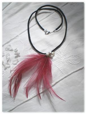 collier noir, argenté et plumes bordeaux