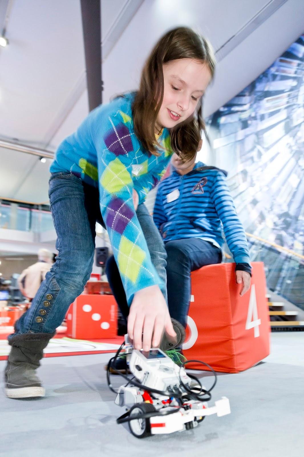 Ein Kind spielt mit einem Roboter