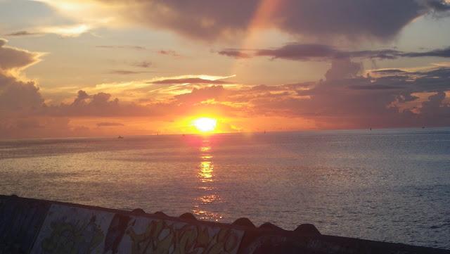 宜野湾市トロピカルビーチから見た夕陽