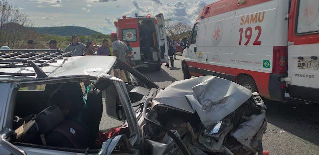 Guanambi-BA: Carro de transporte alternativo colide na traseira de caminhonete e deixa 5 pessoas feridas.