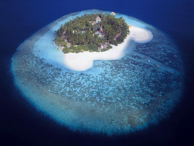 Hòn đảo có hình thù như một con mắt với võng mạc và mống mắt hoàn chỉnh có thể được tìm thấy ở quốc đảo Maldives. Trên thực tế, con mắt này là một rặng san hô nhưng trông giống như một hòn đảo hơn. Dân địa phương còn xem rặng san hô này như một con sứa khổng lồ.