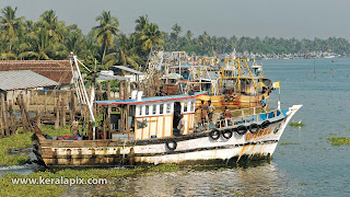 Fishing Trawler departing from Vypin harbor
