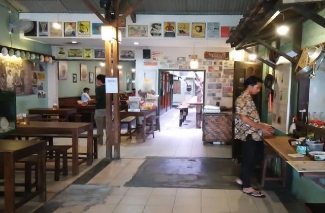 Kedai Rakjat Djelata, kedai merakyat yang menawarkan menu khas Yogya. Harganya merakyat dan tidak bikin kamu nyesel