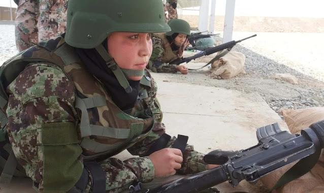 Sob lei islâmica, mulher-soldado afegã diz ter 'medo de ser violada e morta'
