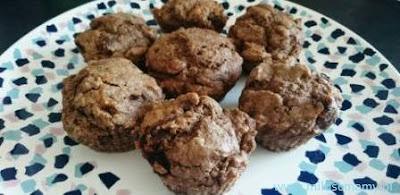 muffinki na kolorowym talerzu