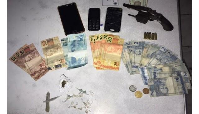 Polícia prende elementos que estavam com revólver e drogas perturbando sossego alheio em São Bento do Una