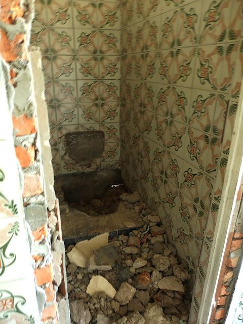 Toaleta, której chyba nie zdążono zainstalować... albo w pośpiechu ją zdemontowano