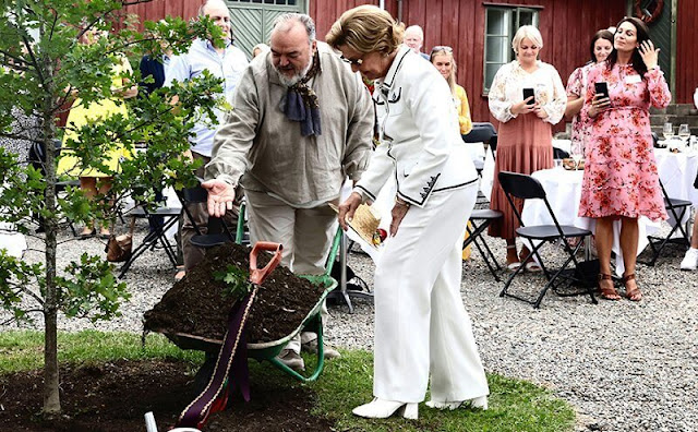 Queen Sonja wore a white tweed blazer from Chanel with white trousers. Norwegian Church Endowment