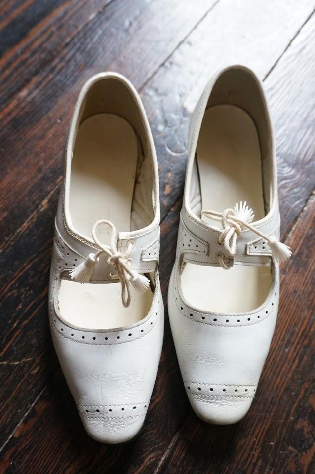 des babies années 60 , planquées dans une valisette de couture en carton  60s white mary jane shoes 1960s white plastic tassel pompon brogues