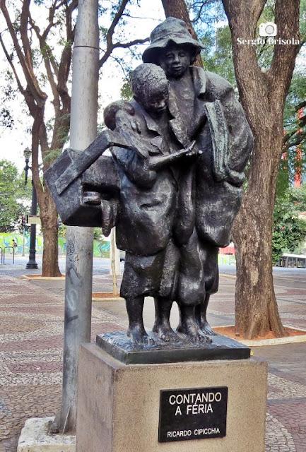 Close-up da Escultura Contando a Féria - Praça João Mendes - Sé - São Paulo