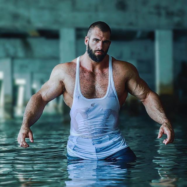 macho de camisa mojada