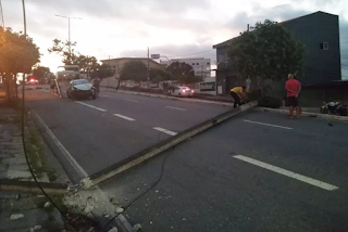 Motorista perde controle de veículo, derruba poste e interdita avenida em Campina Grande