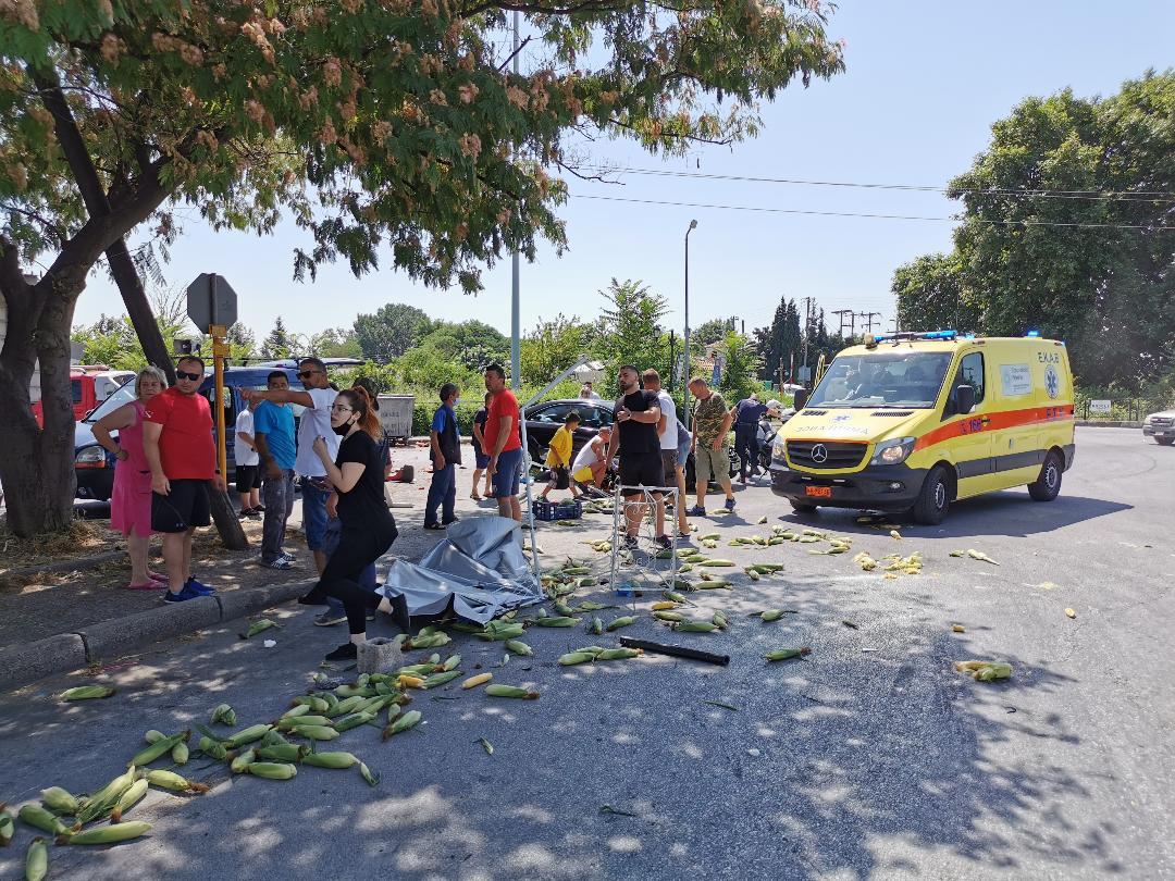 Ξάνθη: Οδηγός έπεσε πάνω σε πλανόδιους πωλητές φρούτων [ΦΩΤΟ]