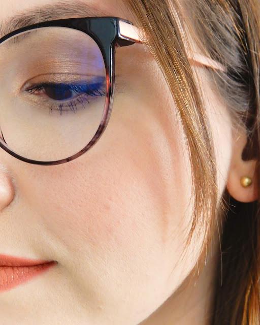 Podkład Mineralny SPF 10 Ecoloré Velvet Soft Touch na twarzy,