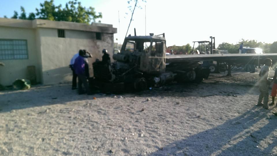 De últimos minutos- Residentes del Batey # 3  Quemaron  una patana que momentos antes había atropelladlo dos estudiantes.