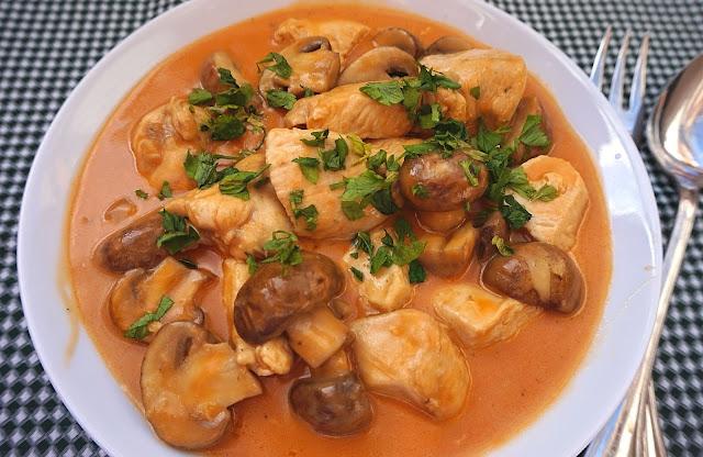 Pollo en salsa Strogonoff