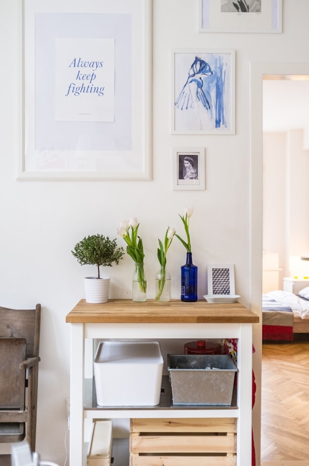 Decoración en blanco y madera con cajas de madera