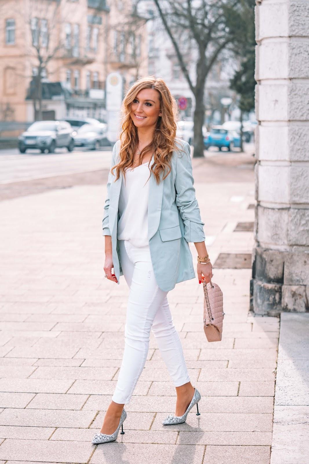 fashionstylebyjohanna - frühling -So kombinierst du feminin einen blauen Blazer