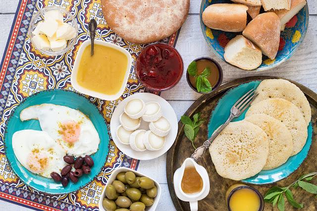 Được xem là một trong những nền ẩm thực nổi bật của Địa Trung Hải cũng như có danh tiếng trên thế giới, ẩm thực Morocco là sự kết hợp tài tình của các loại thịt cá, rau quả cùng những loại gia vị hiếm đặc trưng.