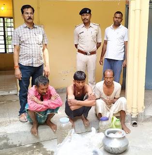 शिकारपूर पुलिस ने 55लीटर शराब के साथ तीन कारोबारी को पकड़ा,