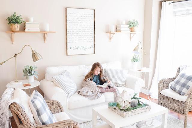 seorang anak gadis sedang membaca di ruangan nya