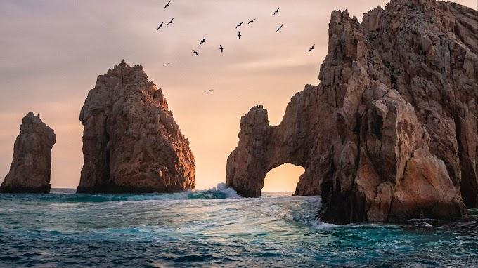 Bela Paisagem Pássaros Rocha em Arco no Mar