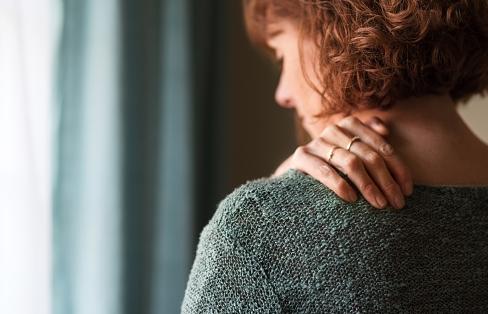 Penyakit Sindrom Miofasial Pada Kasus Muskuloskeletal  Definisi Sindrom Miofasial  Sindrom miofasial adalah gangguan nyeri muskuloskeletal yang terjadi akibat adanya trigger point miofasial. Nyeri ini biasanya dapat menjalar pada regio tertentu dan bersifat lokal (Sugijianto, 2013). Sindrom miofasial merupakan satu gangguan otot yang kerap terjadi, kondisi ini menimbulkan nyeri pada titik otot tertentu dan adanya trigger point yang memprovokasi nyeri tersebut (Yudistira, 2014).  Etiologi Sindrom Miofasial  Etiologi yang ditemukan pada kondisi ini adalah sebagai berikut : Overuse atau penggunaan yang berlebihan akan memberikan beban tegangan pada jaringan miofasial sehingga akan menstimulasi timbulnya nyeri. Trauma pada jaringan, baik akut maupun kronis akan menimbulkan kejadian yang berurutan yaitu hiperalgesia dan spasme otot skeletal, vasokonstriksi kapiler. Akibatnya pada jaringan miofasial terjadi penumpukan zat-zat nutrisi dan oksigen ke jaringan serta tidak dapar dipertahankannya jarak antar serabut jaringan ikat sehingga akan menimbulkan iskemik pada jaringan miofasial dan dapat menstimulasi timbulnya nyeri.  Faktor Risiko Sindrom Miofasial  Faktor risiko yang ditemukan pada kondisi ini adalah sebagai berikut : Postur yang buruk saat beraktivitas akan menyebabkan ketegangan dan strain pada otot, misalnya kifosis. Saat postur kifosis dapat dilihat dengan penambahan kurva torakal, protaksi skapula dan biasanya disertai dengan anteroposisi kepala. Ketika terdapat keridaksinambungan otot karena terjadi ketegangan otot servikal yang terhubung dengan skapula, otot pada regio servikal, otot yang berorigo di toraks dan otot pada thoraks bagian depan. Di samping itu terjadi penguluran serta kelamahan otot-otot erector spine thorakal dan retraktor scapula sehingga dapat menyebabkan nyeri sindrom miofasial. Ergonomi kerja yang kurang baik/buruk yang berlangsung berulang-ulang dan dalam waktu yang lama juga akan menimbulkan stres mekanik yang bekerpanjangan, misalnya seo