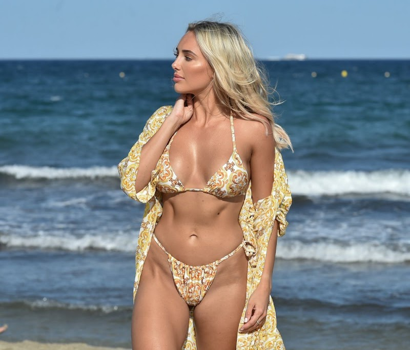 Amber Turner Clicked in Bikini at a Beach in Dubai 9 Dec-2020