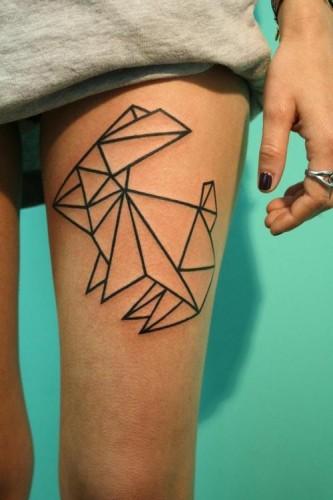 Mujer con tatuaje de conejito en el muslo, el estilo es de un tatuaje minimalista