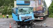 A kialvatlan kamionsofőr későn észlelte a kisbuszt, 3 ember halt meg a szörnyű balesetben