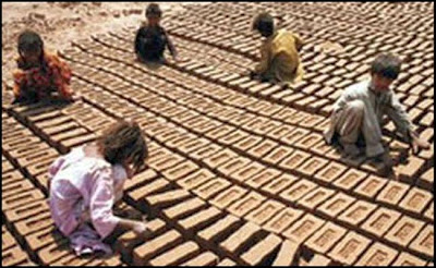 Niños trabajando en fábrica de ladrillos en Pakistán