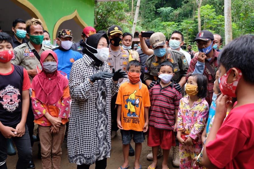 Datangi Kebumen, Mensos Risma Hibur Anak-anak Korban Tanah Longsor Kalijering